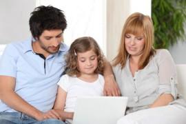 Dziecko z rodzicami przed komputerem