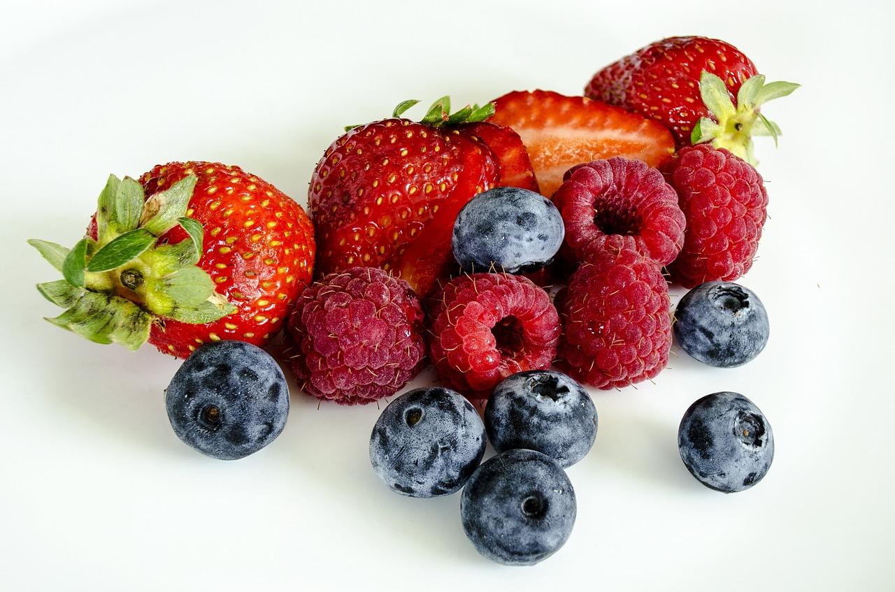 Owoce jagodowe – jak sobie z nimi radzić?
