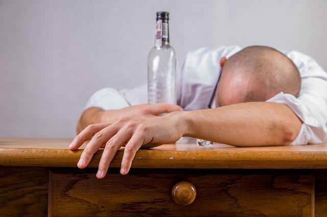 Jak wyleczyć kaca po sylwestrowej nocy? 7 sprawdzonych porad