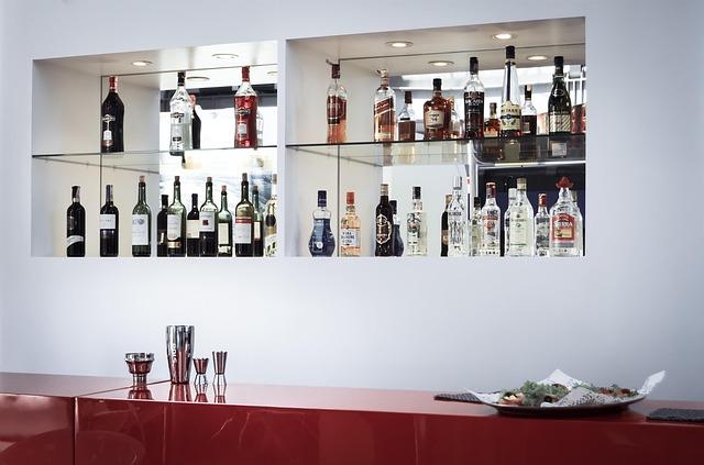 Jak pić alkohol, by nie mieć kaca? Poradnik na Sylwestra