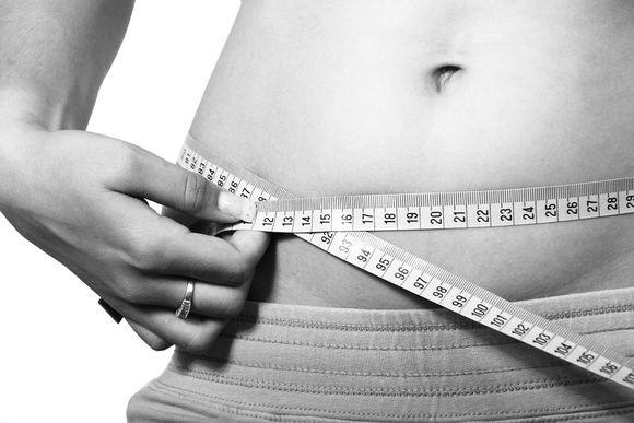 Płaski brzuch do lata – sprawdzone sposoby, które pomogą Ci osiągnąć cel