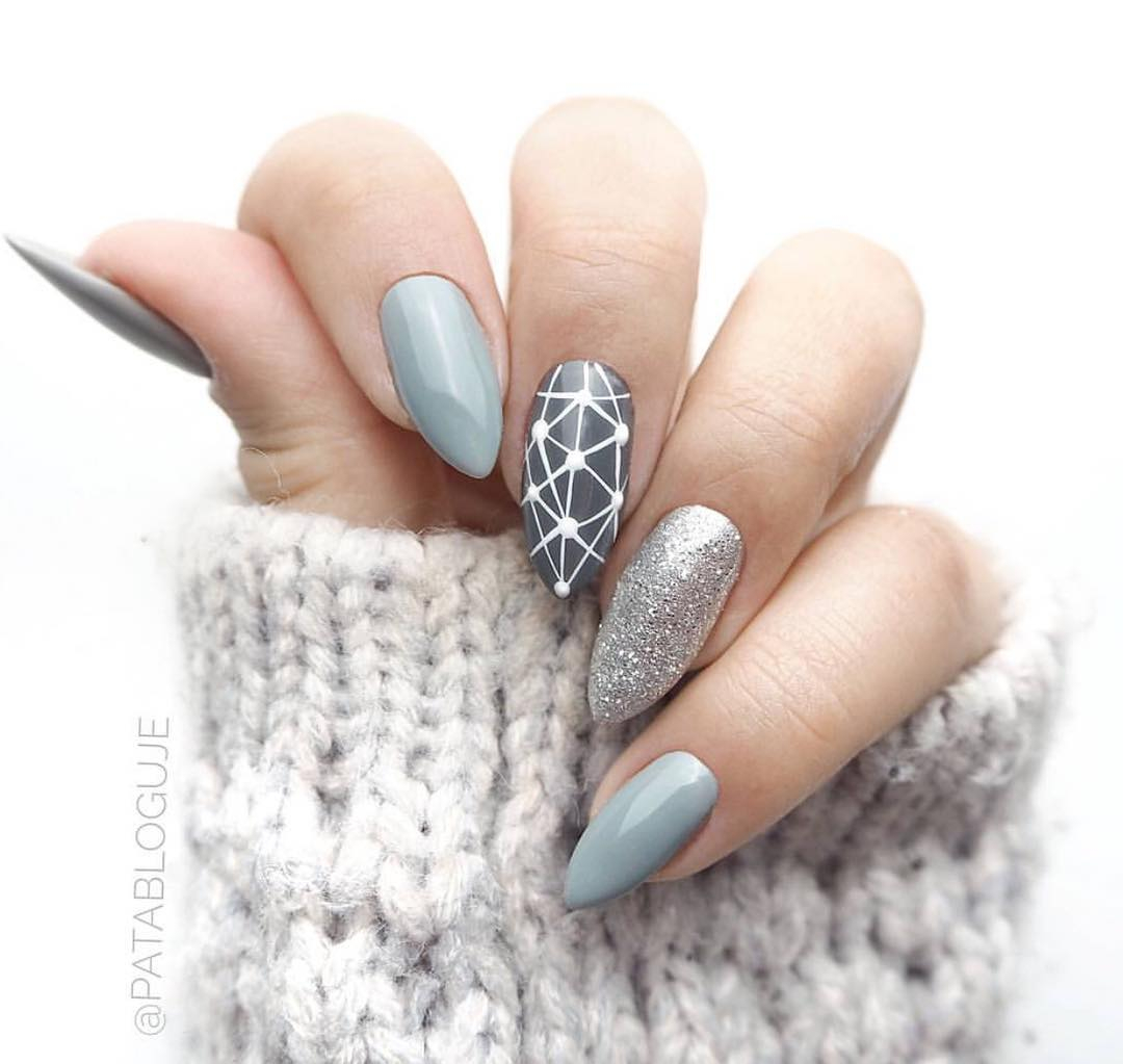 9463500d0b Sylwestrowe paznokcie muszą błyszczeć! Wykonaj manicure z wykorzystaniem  srebrnych lakierów hybrydowych z drobinkami. Możesz pomalować nimi  wszystkie ...