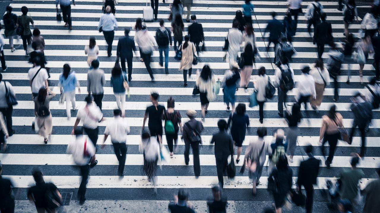 ludzie przechodzący przez przejście dla pieszych