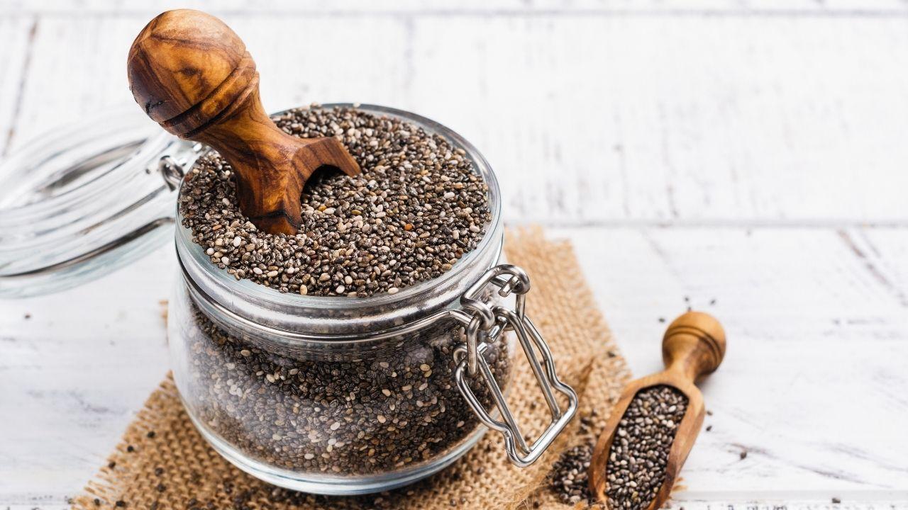nasiona chia w słoiku na drewnianej desce