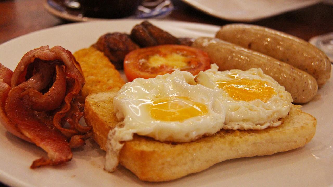 śniadanie angielskie z plackami ziemniaczanymi
