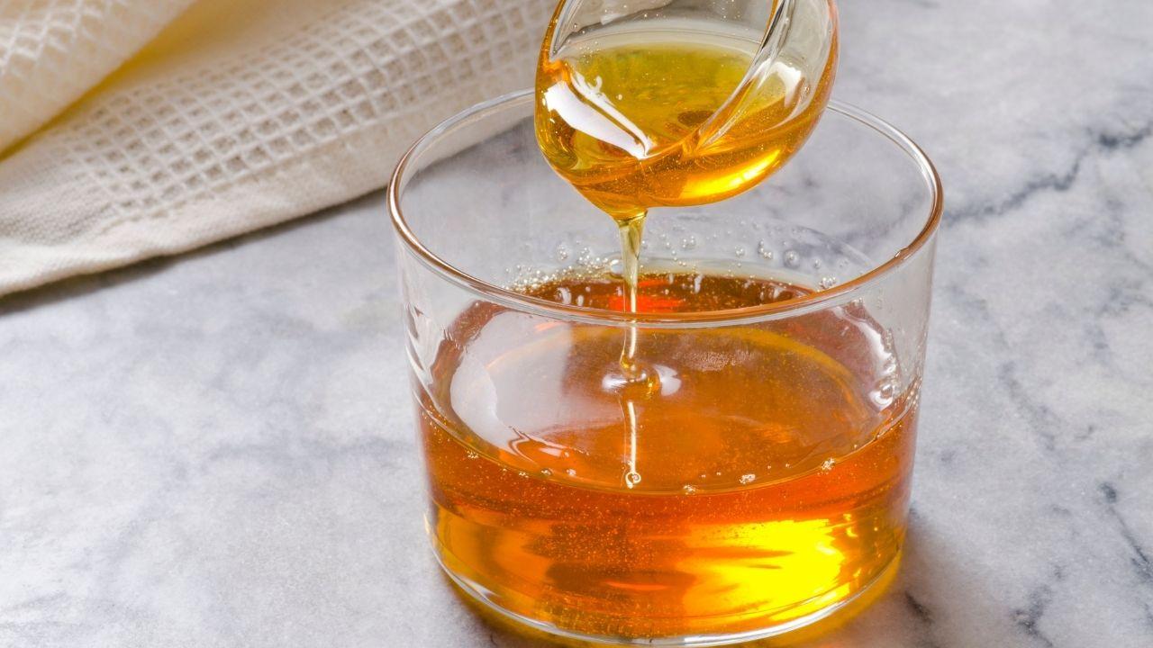 gotowy syrop z mniszka lekarskiego w szklanym pojemniku