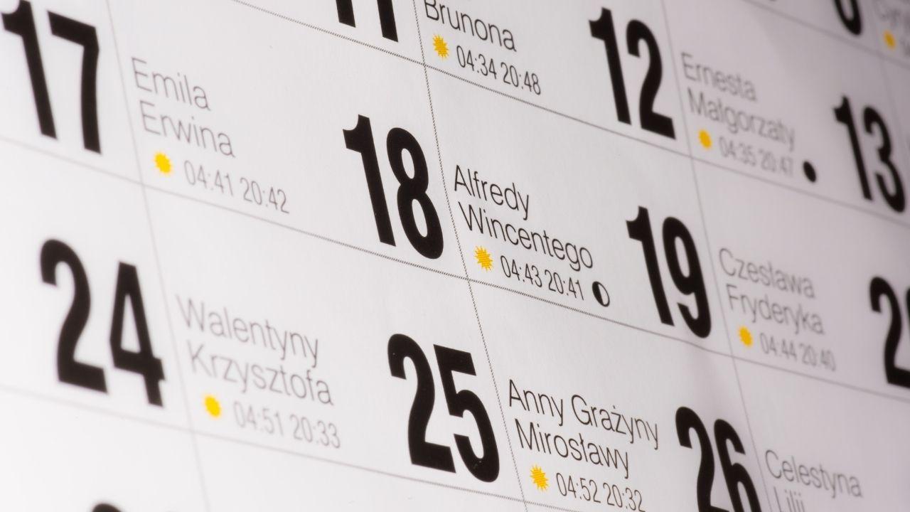 zbliżenie na pogrubione dni w kalendarzu