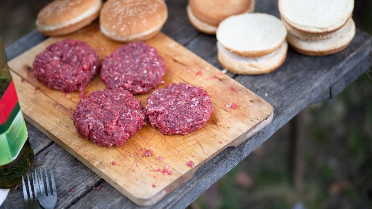 uformowane kotlety z mięsa wołowego na drewnianej desce