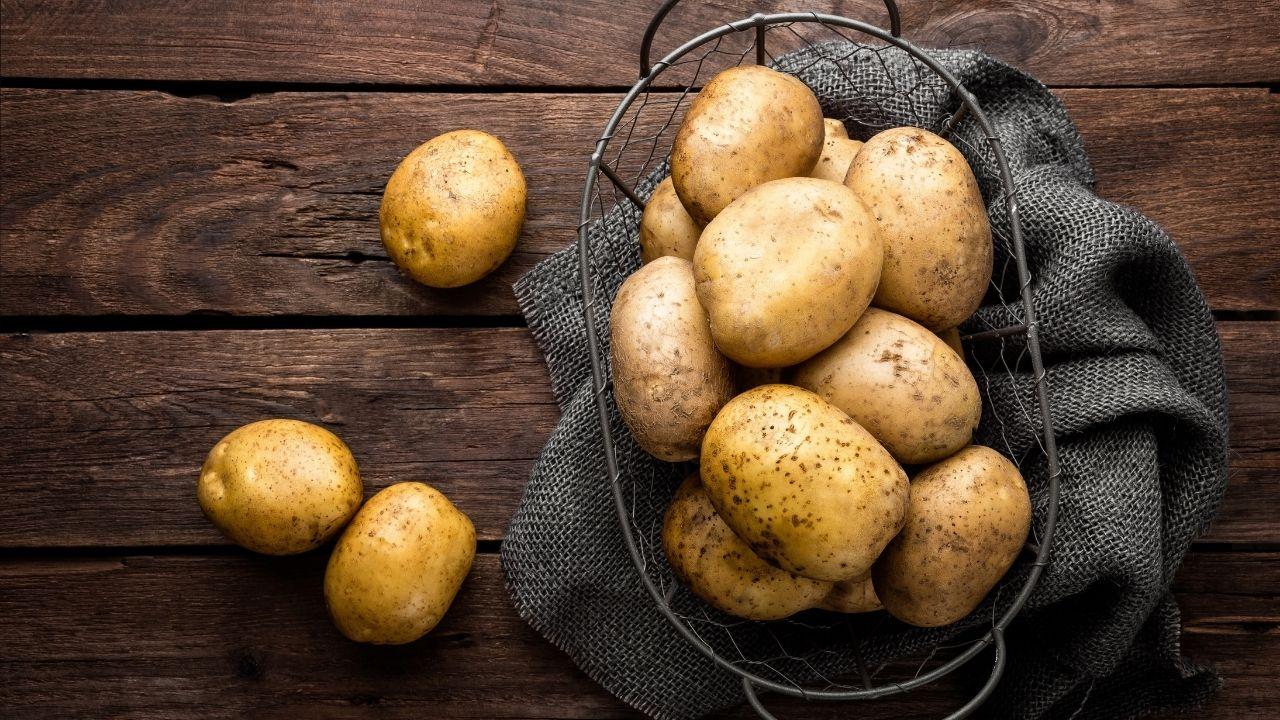 młode ziemniaki w koszyku na drewnianym blacie