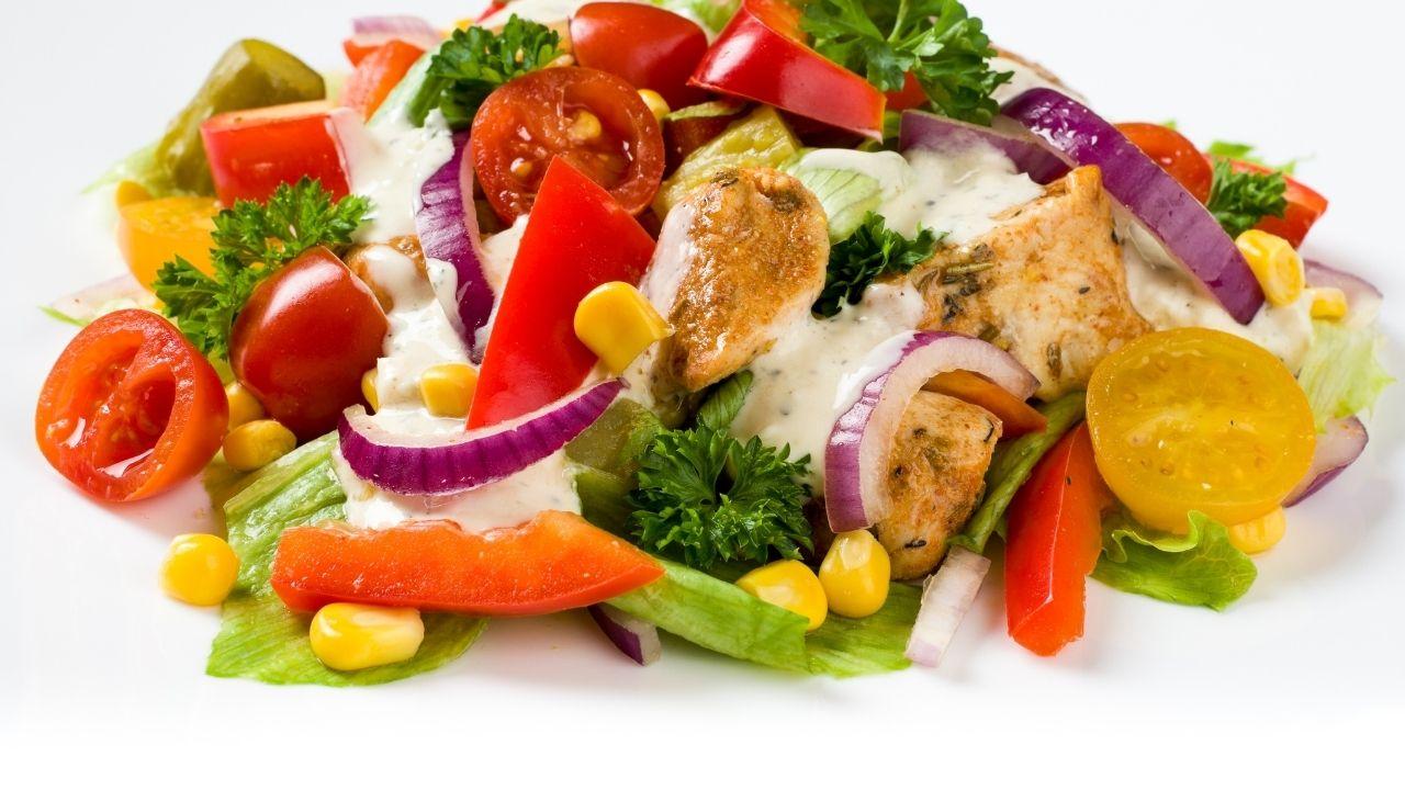 kolorowa sałatka z kurczakiem, cebulą, papryką i kukurydzą