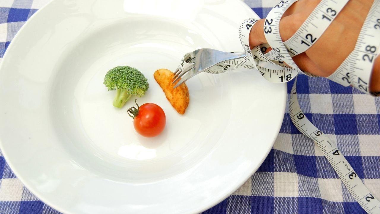 brokuł, pomidor i ziemniak leżący na talerzu