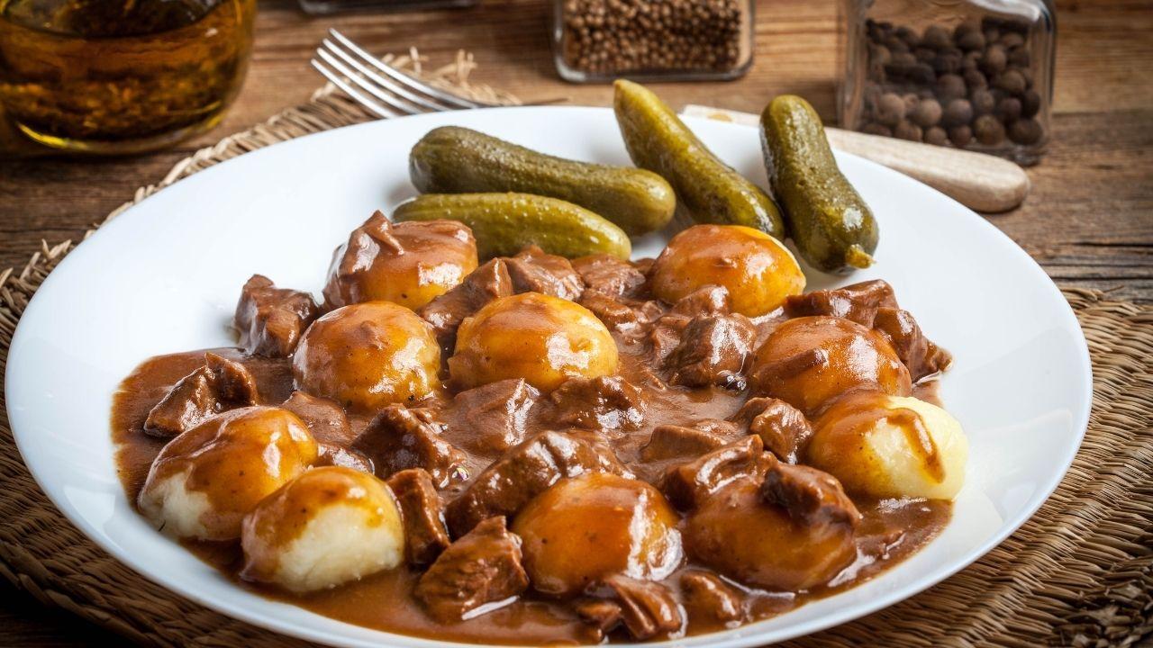 kluski śląskie z gulaszem mięsnym i ogórkami kiszonymi
