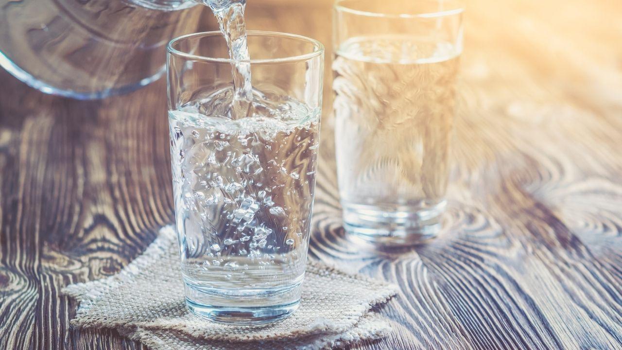 dwie szklanki z wodą stojące obok siebie