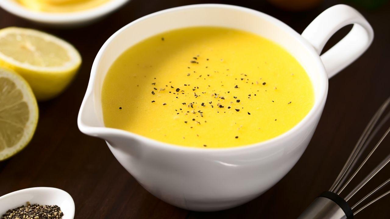 zbliżenie na żółty sos w białym naczyniu