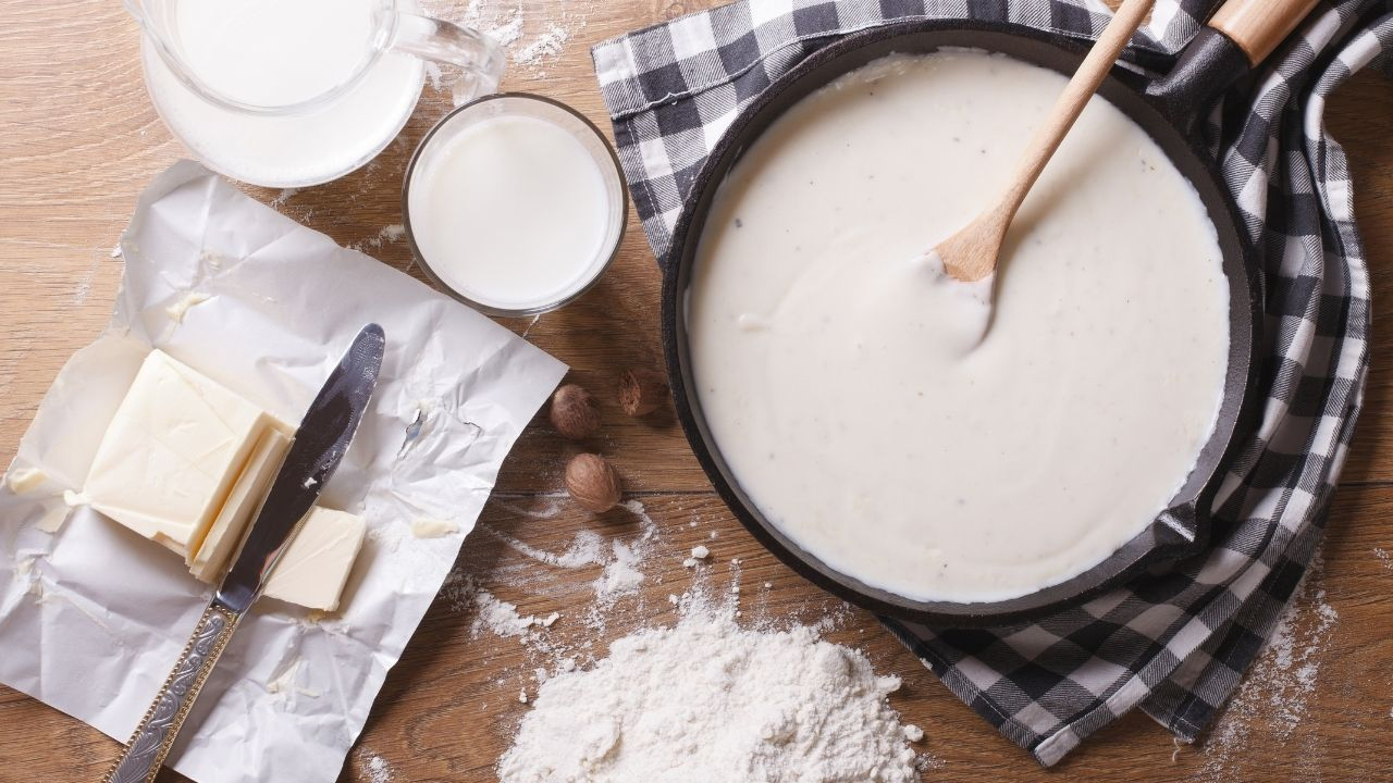 zbliżenie na składniki do sosu beszamelowego