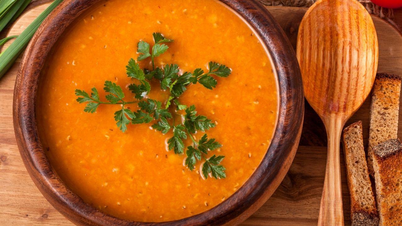 zbliżenie na pomarańczową zupę