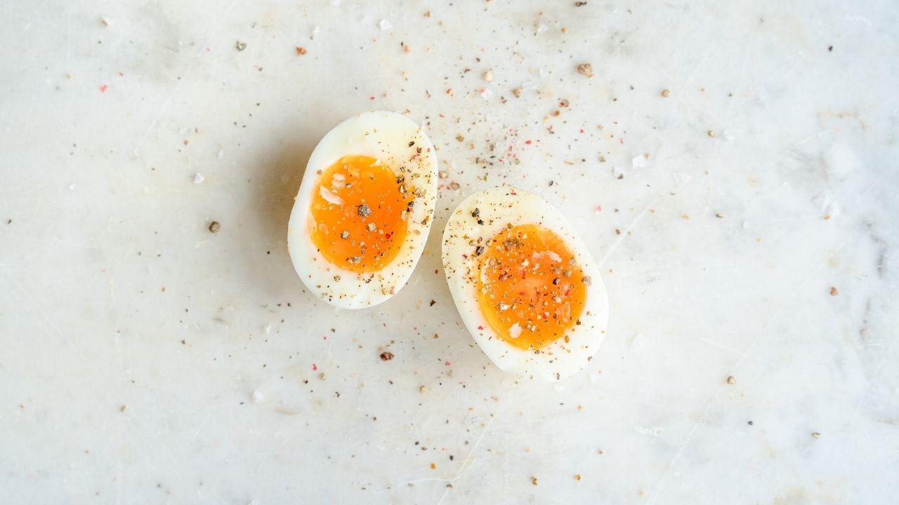 jajka na półmiękko posypane przyprawami