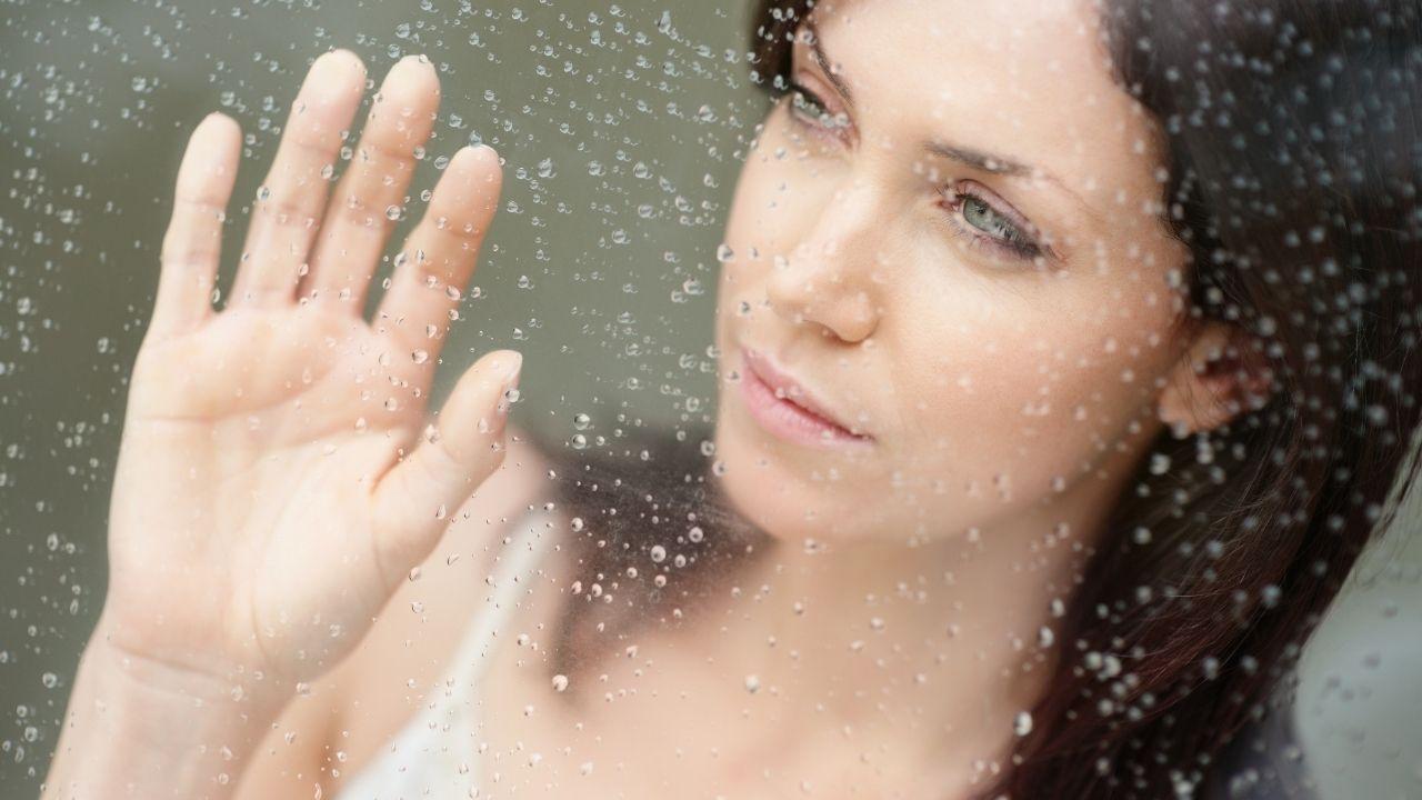 niezadowolona kobieta rozmyśla nad swoim losem
