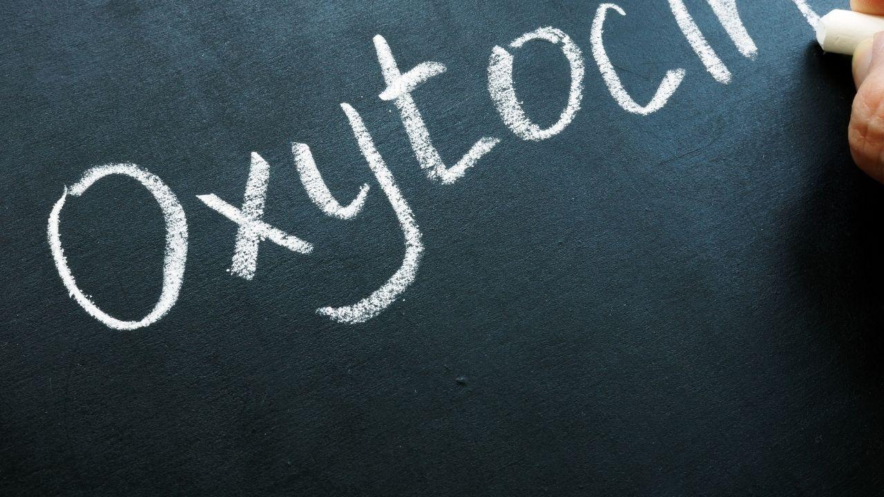 napis oksytocyna po angielsku na zielonym tle