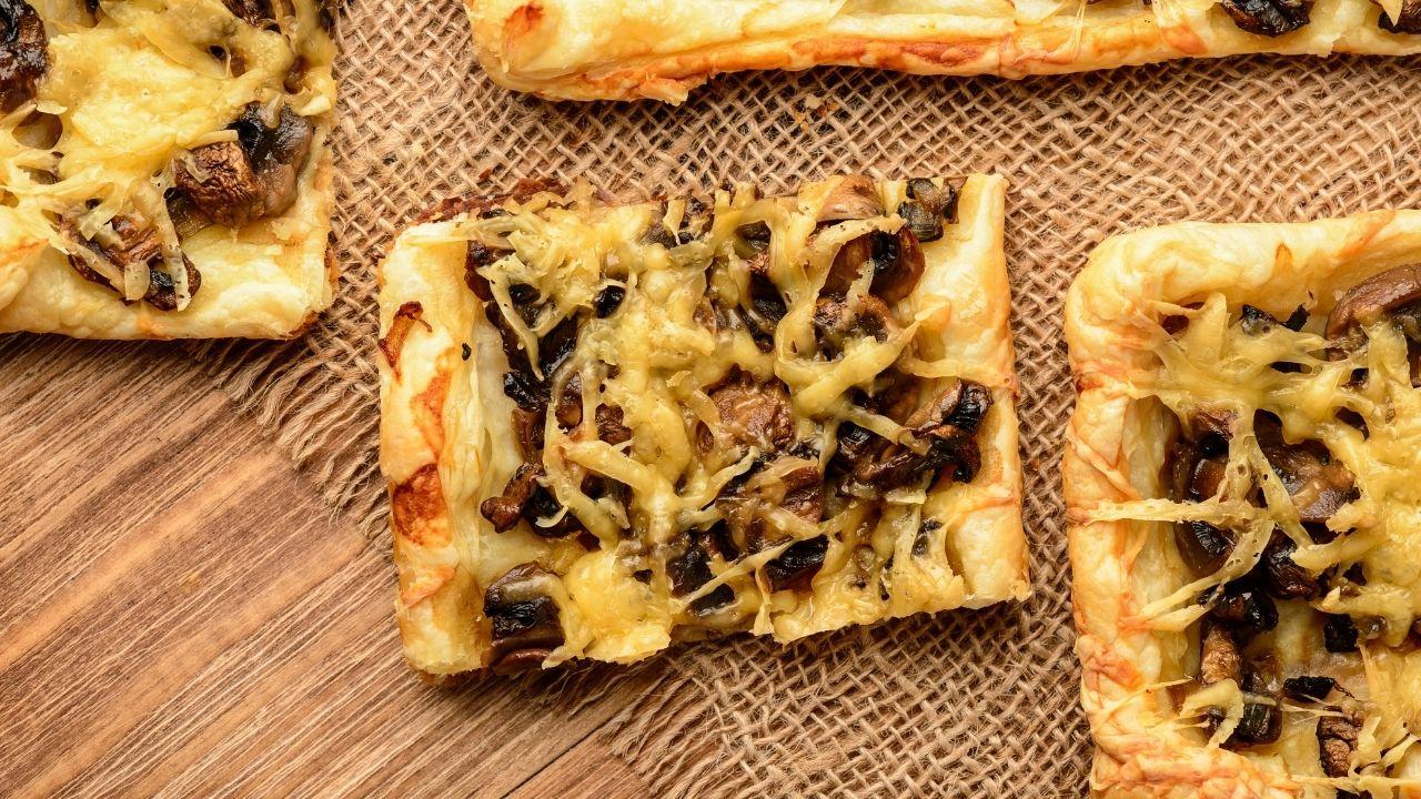 ciasto francuskie z pieczarkami i serem